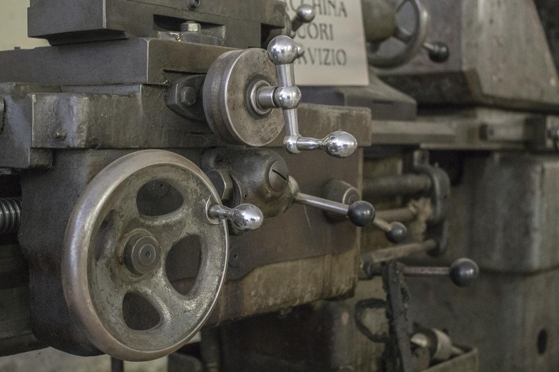 LPT: dettaglio di un'antica macchina per la lavorazione